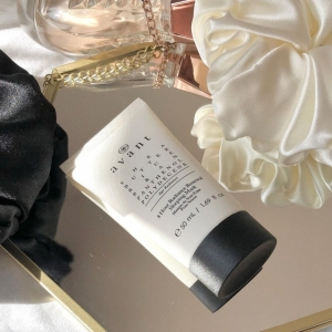 Our 8 Hour Radiance Renewal Sleeping Mask looks as luxurious here as it feels on the skin 💫  This mask is perfect for renewing the skin overnight and the Shea Butter ensures that it's intensely hydrating 💧  Thank you to @skin.impressions for this gorgeous image!  . . .  #sleepmask #eveningskincare #overnightmask #hydration #avantskincare #cleanbeauty #crueltyfreebeauty #luxuryskincare #greenbeauty #skincarereview #sustainableskincare