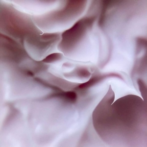 We know we usually save #avanttextures for a Tuesday but this was too gorgeous not to share ✨  The best way to use our Harmonious Rose Quartz Revitalising & Firming Mask is as the last step in your skincare routine before bed, leave it on overnight and let your skin drink up all its goodness 🌹  Thank you to @fortheloveofskin__1 for this lovely close-up!  . . . #avantskincare #rose #rosefacemask #facemask #roseskincare #closeup #skincaretextures #influencer #cleanbeauty #crueltyfreebeauty #luxuryskincare #greenbeauty #skincarereview #sustainableskincare